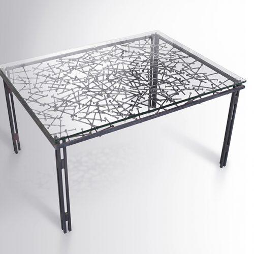 שולחן סלון ממסמרים מרותכים