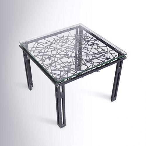 שולחן סלון קטן ממסמרים
