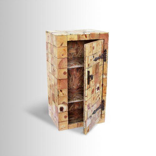 ארונית מעוצבת מפרוסות עץ ממוחזר וידית ממסמר של אדן רכבת